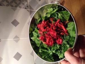 Salade d'herbes et betterave crue râpée